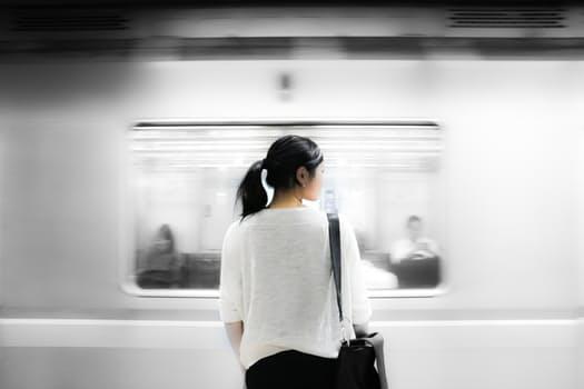 persona en estación de metro